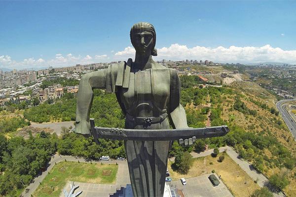 جاهای دیدنی ایروان ، بنای یاد بود مادر ارمنستان