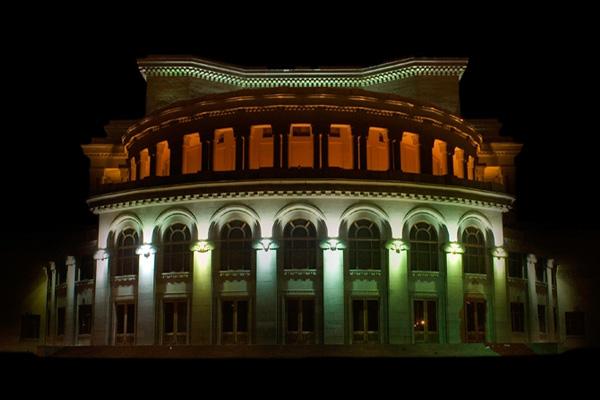 جاذبه های دیدنی ایروان ، سالن اپرای ایروان